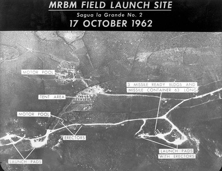Snímek odpalovacích zařízení pro rakety středního doletu na Kubě. Kredit: USAF.