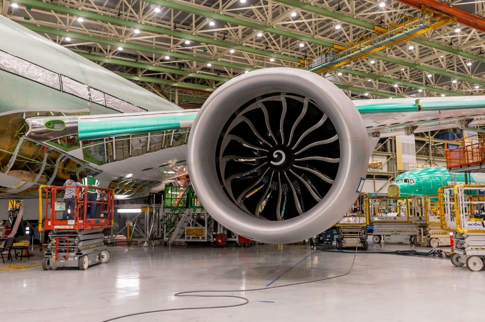 Prototyp 777X smotorem GE9X. Kredit: Boeing.