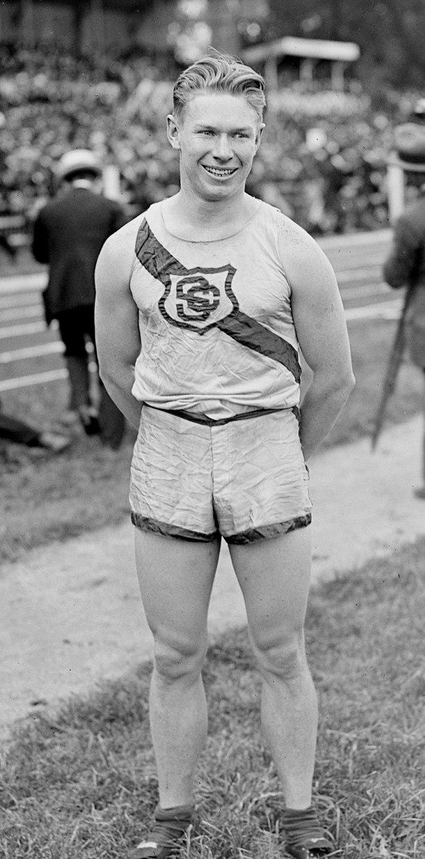 Charles Paddock v době své největší slávy. Tento americký sprinter dokázal zvítězit na Olympijských hrách v Antverpách v roce 1920 a byl také držitelem prestižního světového rekordu v běhu na 100 metrů časem 10,4 sekundy. Kredit: Wikipedie (volné díl