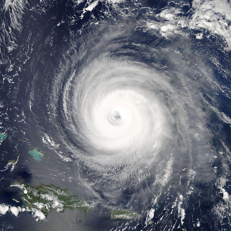 Hurikán 5. kategorie Isabel severně od Portorika. Termín hurikán se používá pro tropické cyklóny v Atlantiku a severním Pacifiku. V Indii jim říkají cyklón, jihovýchodní Asie používá termín tajfun. Kredit: volné dílo.
