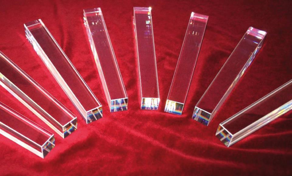 Krystaly pro scintilační detektory připravované pro systém PANDA, na jejich testech se podílejí i čeští fyzici (zdroj FAIR).