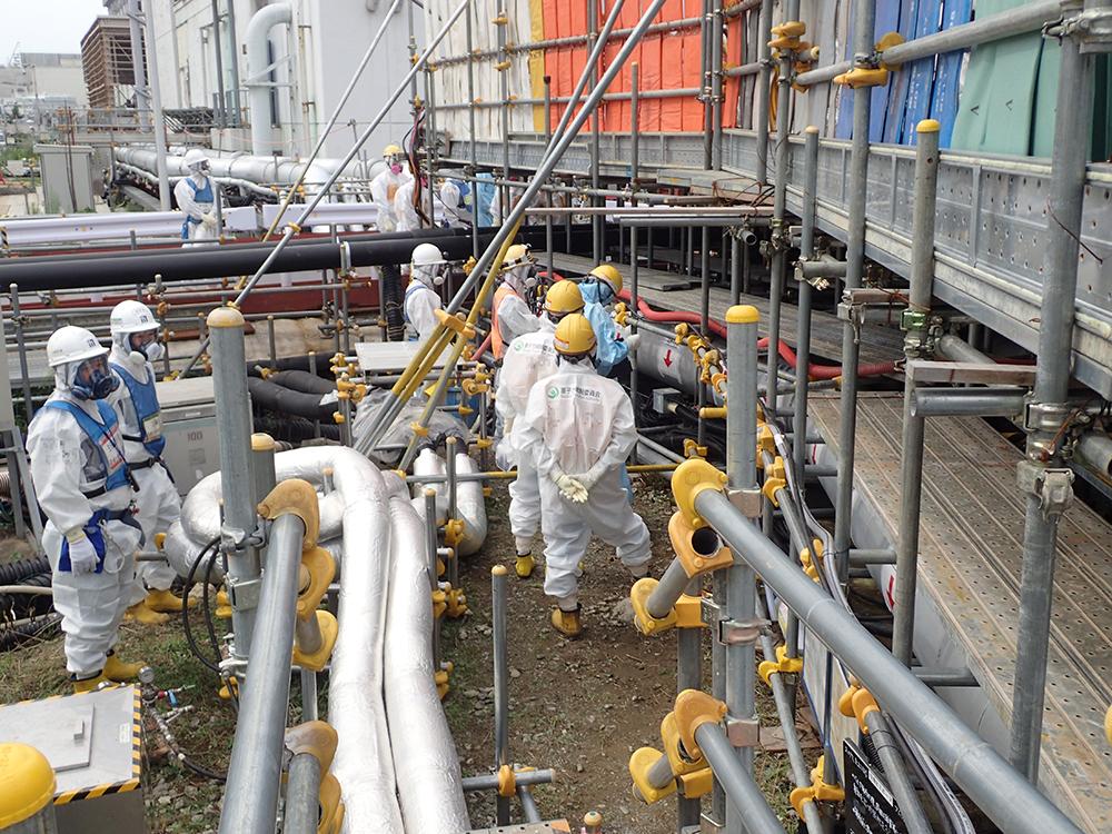 Poslední etapa vytváření ledové stěny začíná spuštěním zbývajících jedenácti pump a kapalina o teplotě -30?C začíná proudit do podzemní části potrubí v daném sedmimetrovém úseku.(Zdroj TEPCO)