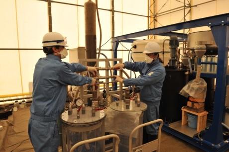 Práce na testech nové francouzské metody čištění nashromážděného radioaktivního odpadu ve Fukušimě (zdroj J-L Sida/CEA).