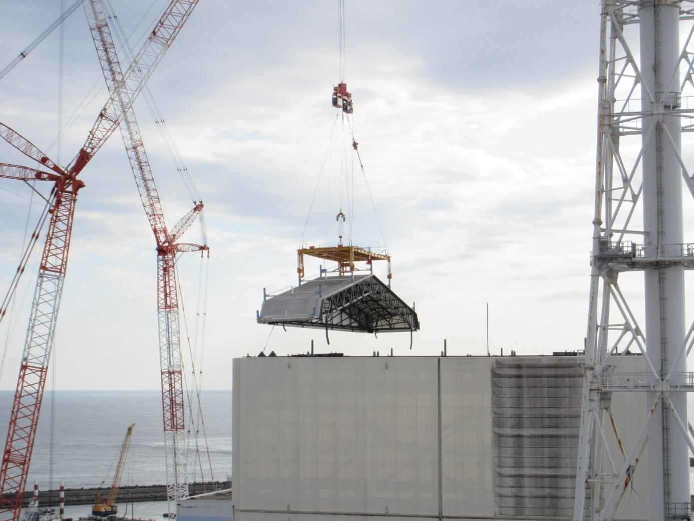 DokonÄŤenĂ odstraĹ?ovánĂ stĹ™echy provizornĂho krytu prvnĂho bloku (zdroj TEPCO).