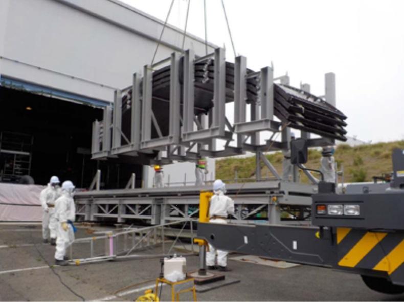 Segmenty rozebraných nádrží jsou přepravovány k rozřezání (zdroj TEPCO).
