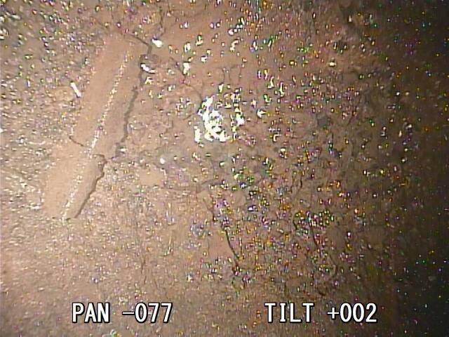 Zbytky ve spodní části kontejnmentu (zdroj TEPCO)