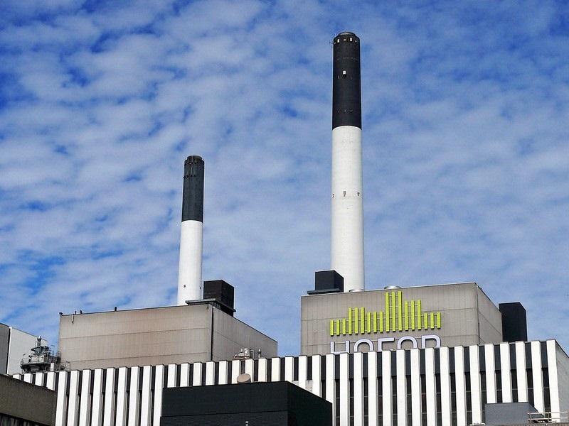 Závod v Amageru – jde o pilotní provoz, na němž Kodaň buduje svou reputaci první uhlíkově neutrální metropole světa. Z Brazílie ale dováží okolo 60 000 tun dřeva ve formě štěpky měsíčně. Spalování dřeva z Amazonie je vydáváno za uhlíkově neutrální. K