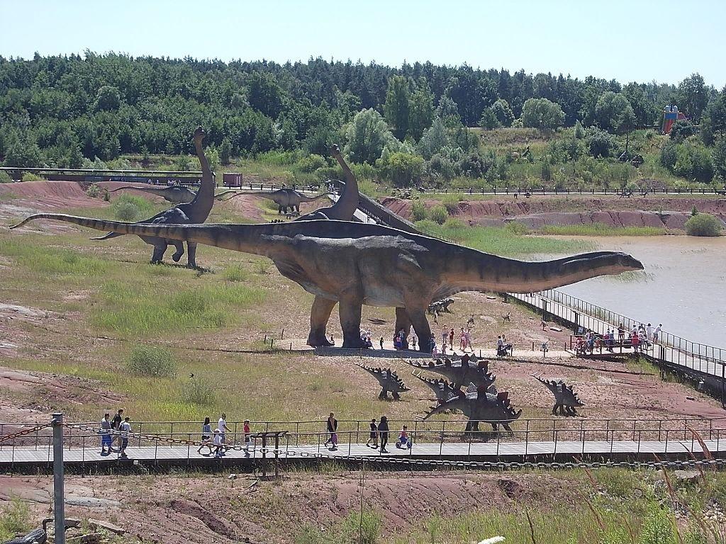 Hypotetická podoba obřího druhu A. fragillimus v polském JuraParku Krasiejów. Ačkoliv tento model není příliš přesný, dává představu o gigantických rozměrech enigmatického sauropoda. Ve skutečnosti by byl živý amficélias ještě