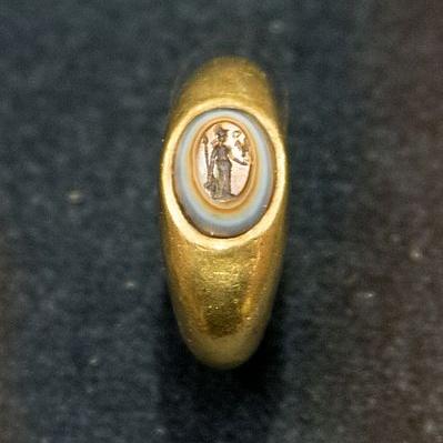 Zlatý prsten zdobený achátem nebo sardonyxem s rytou figurou Minervy, 2. století n. l. Národní muzeum v Praze, HM10 747. Kredit: Zde, Wikimedia Commons.