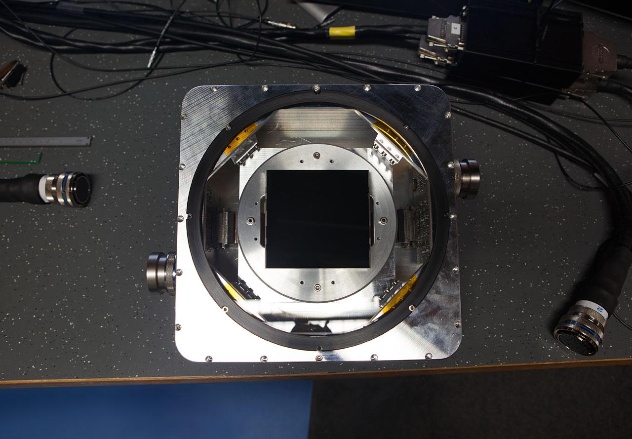 Vzorek jednoho z CCD detektorů, kterými jsou osazeny kamery přístroje ESPRESSO.  Vyrobila je  společnost e2v. Podařilo se jí vměstnat více než 80 milionů pixelů na plochu 92 x 92 milimetrů. Kredit: ESO / ESPRESSO Consortium / e2v