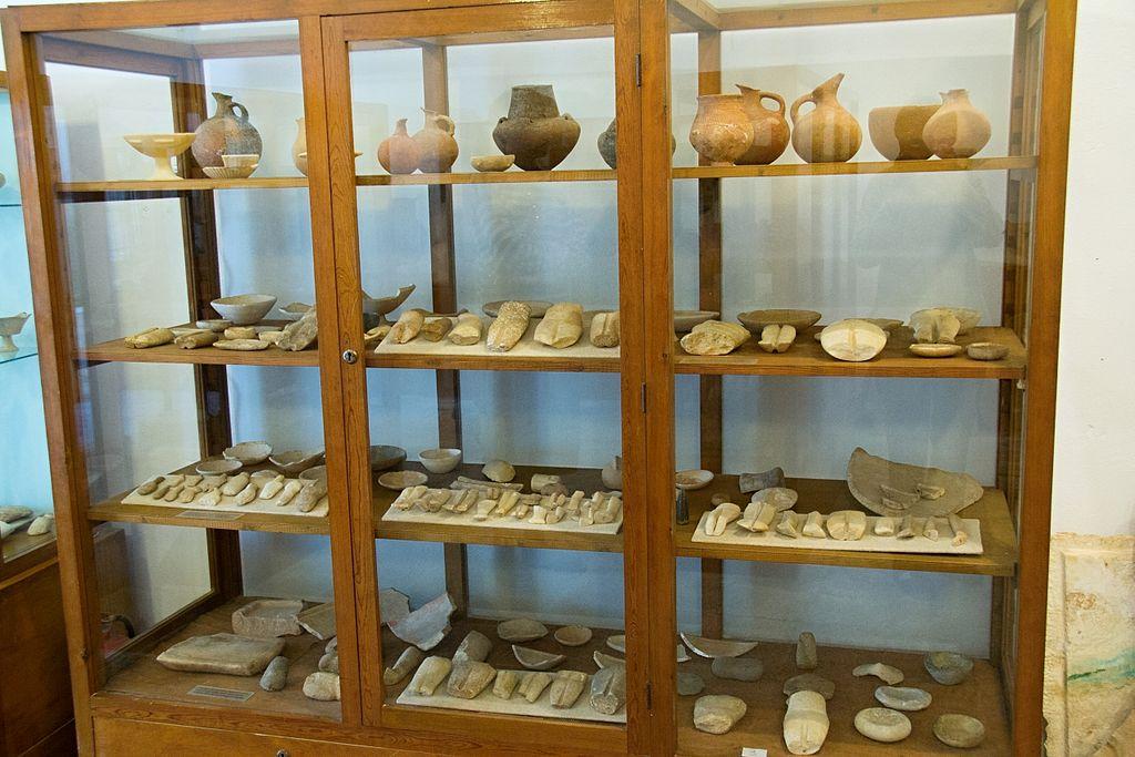 Mramorové kalichy, raně kykladská keramika, fragmenty idolů, mramorové misky. Archeologické muzeum v Apeiranthu, skříň 3. Kredit: Zde, Wikimedia Commons. Licence CC 4.0.