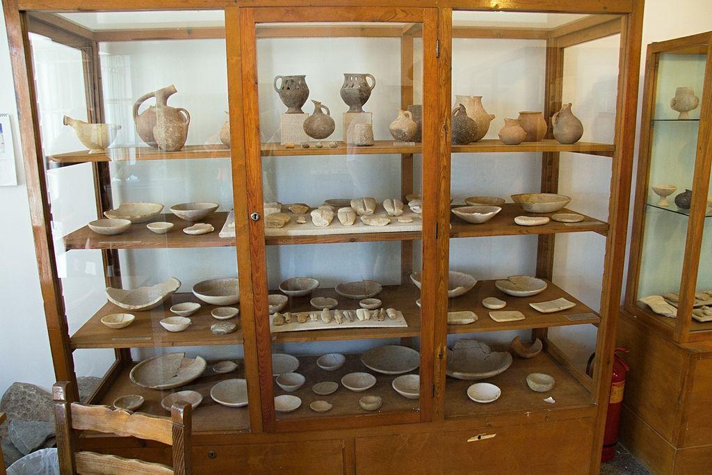 Raně kykladská keramika, fragmenty idolů, mramorové misky. Archeologické muzeum v Apeiranthu, skříň 1. Kredit: Zde, Wikimedia Commons. Licence CC 4.0.