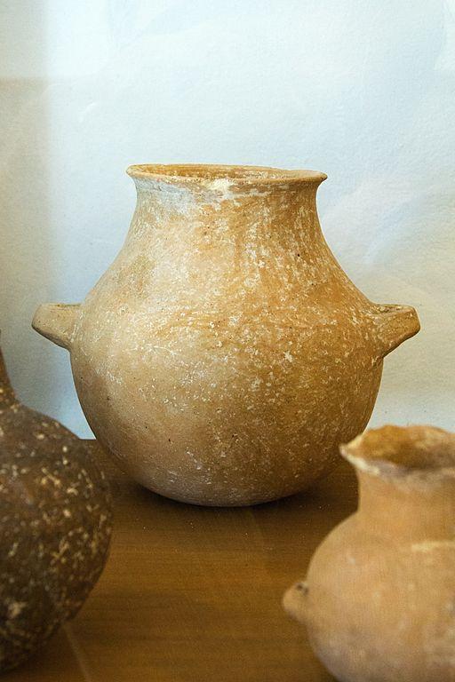 Dvouuchá nádoba. Kykladská raná doba bronzová, 2800 až 2300 před n. l. Archeologické muzeum v Apeiranthu. Kredit: Zde, Wikimedia Commons. Licence CC 4.0.