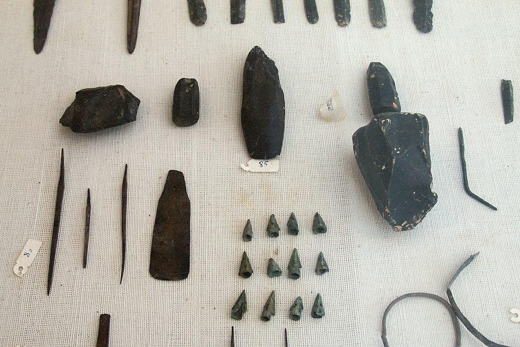 Nářadí a zbraně. Obsidián, bronz, 2800 až 2200 před n. l. Archeologické muzeum v Apeiranthu. Kredit: Zde, Wikimedia Commons. Licence CC 4.0.