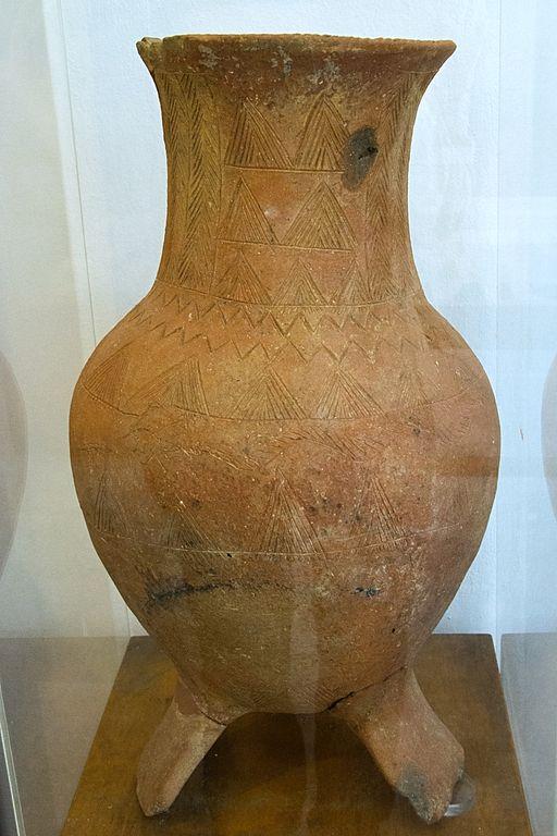 Větší trojnohá nádoba z geometrického období, s jednoduchým rytým dekorem, 8. století před n. l. Archeologické muzeum v Apeiranthu. Kredit: Zde, Wikimedia Commons. Licence CC 4.0.