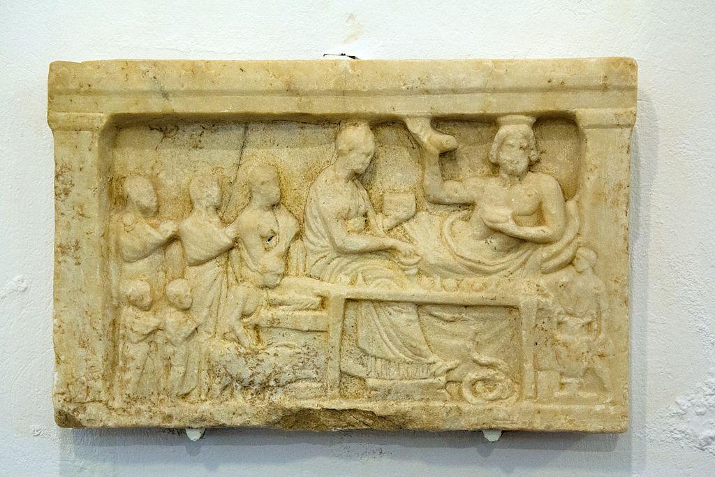 Popis: Antický náhrobní reliéf, nález z Naxu. Archeologické muzeum v Apeiranthu. Kredit: Zde, Wikimedia Commons. Licence CC 4.0.