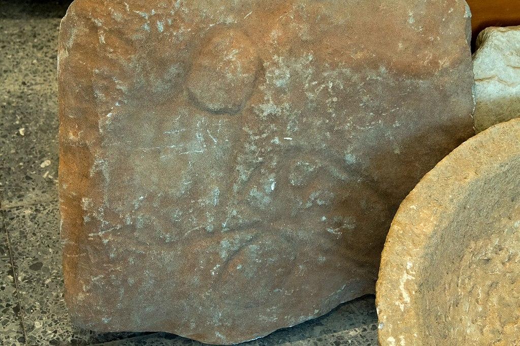 Skalní rytina falu a motýla (jako obrazu duše?). Nález z Naxu. Doba vzniku neznámá. Archeologické muzeum v Apeiranthu na Naxu. Kredit: Zde, Wikimedia Commons. Licence CC 4.0.