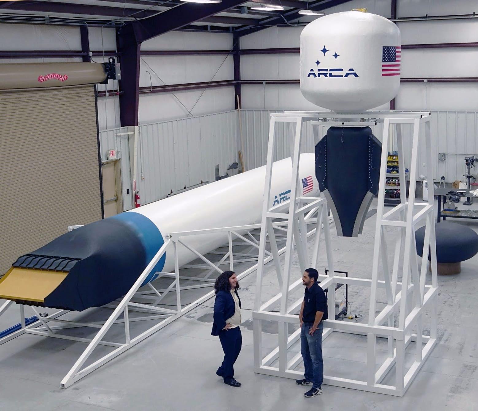 Kompletní zkušební lineární aerospike motor. Vlevo maketa rakety Haas 2CA SSTO. Kredit: ARCA