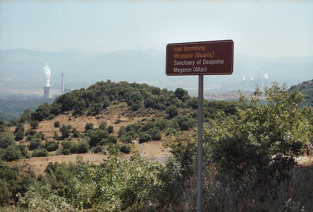 Pohled od vstupu do areálu Despoiny v Lykosúře. Kredit: Zde, Wikimedia Commons.