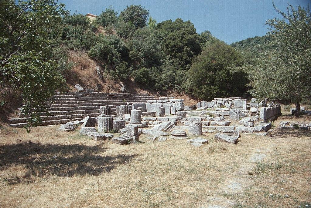 """Chrám Despoiny v Lykosúře, vlevo je """"divadlu podobný"""" prostor. Kredit: Zde, Wikimedia Commons."""