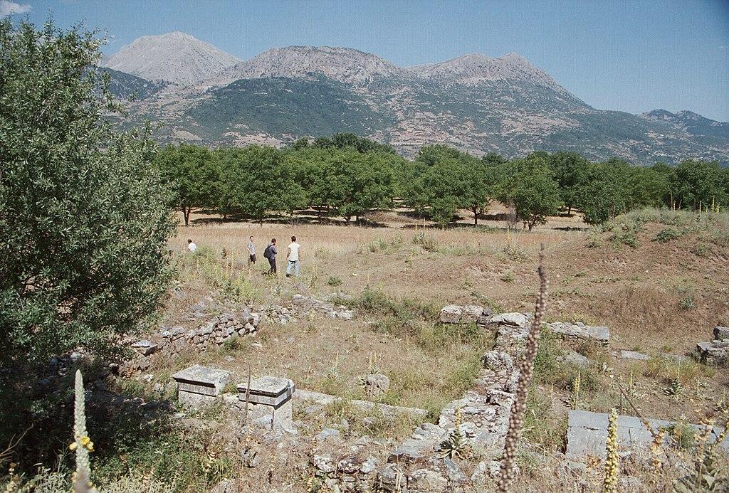 Výprava stižená náboženským vytržením opouští Asklépiův chrám ve Feneu a míří přímo na svatou horu Kylléné. Kredit: Zde, Wikimedia Commons.