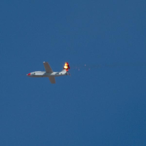 Dron Outlaw zasažený laserem systému ATHENA. Kredit: Lockheed Martin.