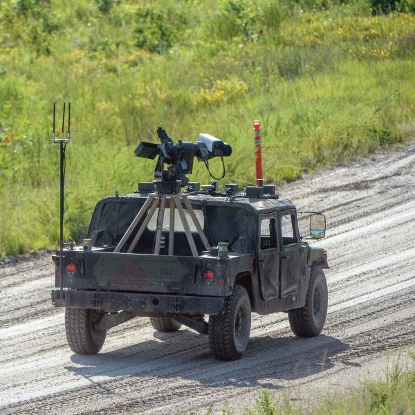 Autonomní Humvee vakci. Kredit: U. S. Army.