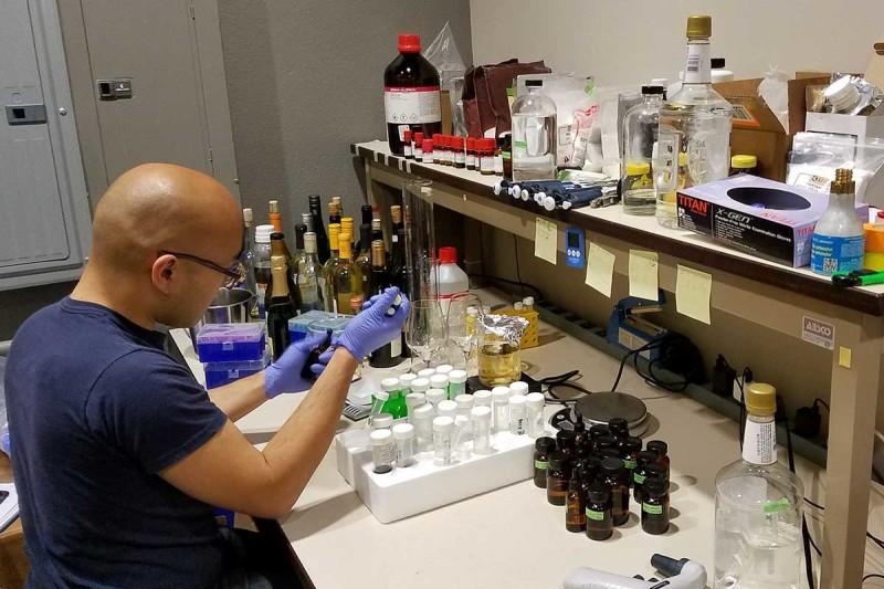 """Ve svém startupu, který Chua  a Lee v San Francisku na rozběhnutí výroby """"vína nevína"""" založili, poněkud zpupně vyhlašují, že přemění vodu na víno za patnáct minut."""