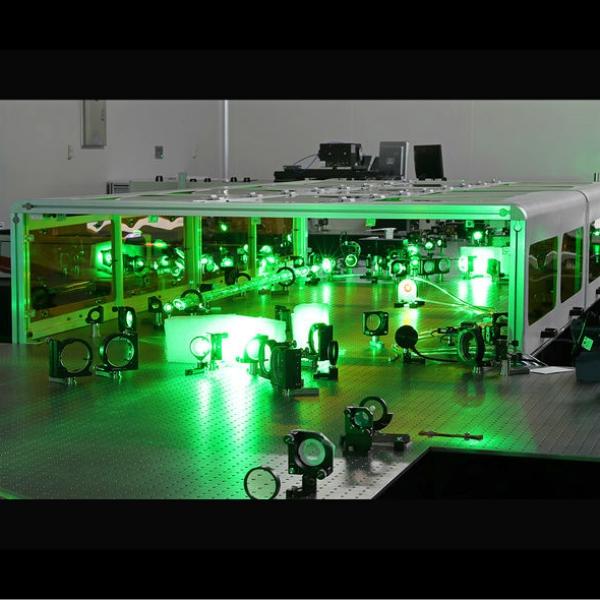 Rekordní laser včínském centru SULF. Kredit: Kan Zhan.
