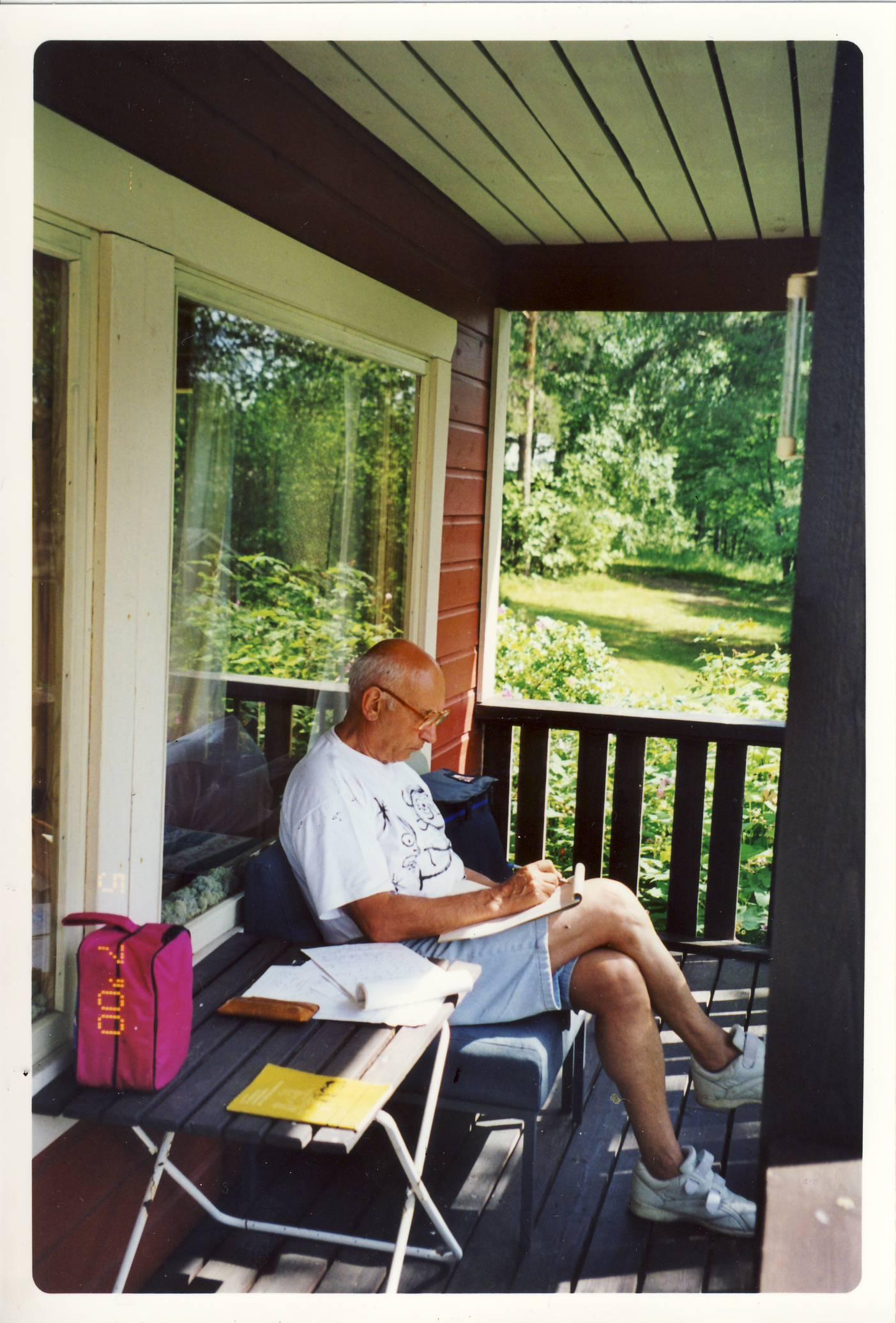 Samoil Bileňkij pracuje ve svém venkovském domě ve Vancouveru. Foto: archiv autora.