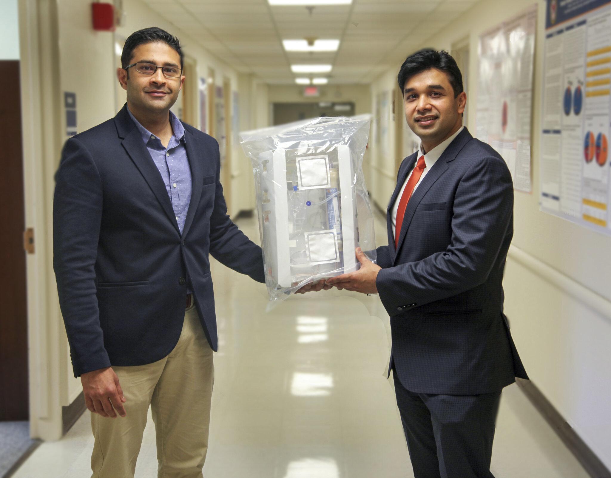 Azeem Mohammed (vlevo) a Sandeep Padala. Vědátorské duo urologů přicházejících s nápadem, jak nemocným potlačit destruktivní cytokinovou bouři:  (Foto: Phil Jones,Georgia Health Sciences University).