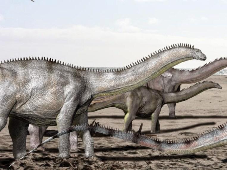 Stádo brontosaurů na pochodu. Tito obří sauropodi se zřejmě sdružovali do menších stád, některé fosilní nálezy však nasvědčují tomu, že mohli být poněkud více samotářští než jiní velcí sauropodi v ekosystémech severoamerické pozdní jury. Při pochodu