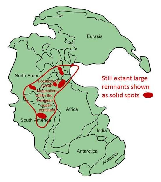 Rozsah magmatické provincie CAMP na mapě superkontinentu Pangey. S rozlohou asi 11 milionů km2 jde o jednu z největších struktur tohoto druhu na světě. K jejímu vzniku došlo právě na konci triasu, a to ve čtyřech velkých pulzech vulkanické aktivity,
