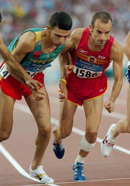 Famózní marocký běžecHicham El Gouerrouj(vlevo) je dosud držitelem světových rekordů v běhu na 1500 metrů, 1 míli (1609,35 m) i 2000 metrů. V hale pak stále drží světové rekordy v bězích na 1500 metrů a 1 míli. Těchto fantastických výkonů dosáhl na