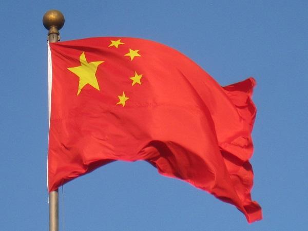 """Národní vlajka Čínské lidové republiky, říká se jí """"pětihvězdičková. Kredit: Daderot, veřejné dílo."""