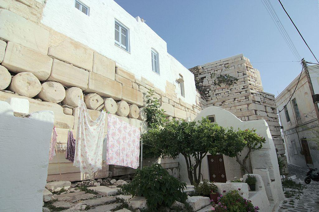 Na prastarém kultovním místě v Paroikii (Parikii) na Paru (Parosu) postavili v raném 5. století před n. l. chrám Athény. Roku 1260 jej vévoda z Naxu nechal přestavět na hrad, v průběhu 20. století si místní lidé část proměnili v byty. Kredit: Wikimed