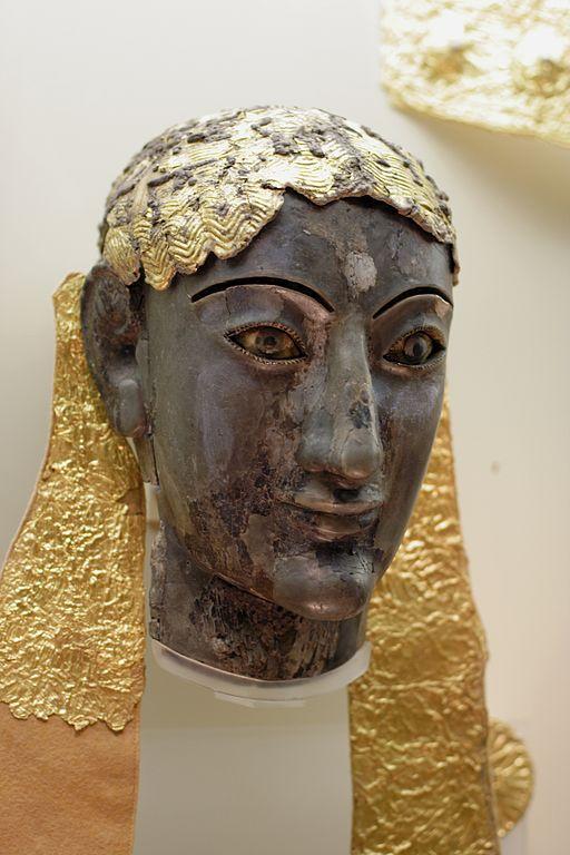 Apollón, torzo posvátné sochy ze slonoviny a zlata pro svatyni v Delfách, 550 před n. l. Archeologické muzeum v Delfách. Kredit: Wikimedia Commons.
