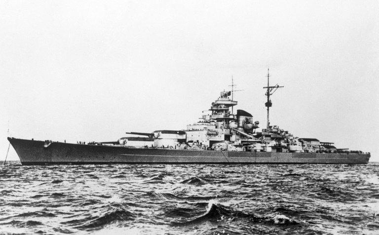Tirpitz. Trup chráněný 32 centimetrovým pancířem. Výtlak 52 600tun. 12 vysokotlakých kotlů dodávalo 163026koňských sil (121MW), což umožňovalo tomuto kolosu vyvinout rychlost 30,8 uzlů. Dosah 16400 km.