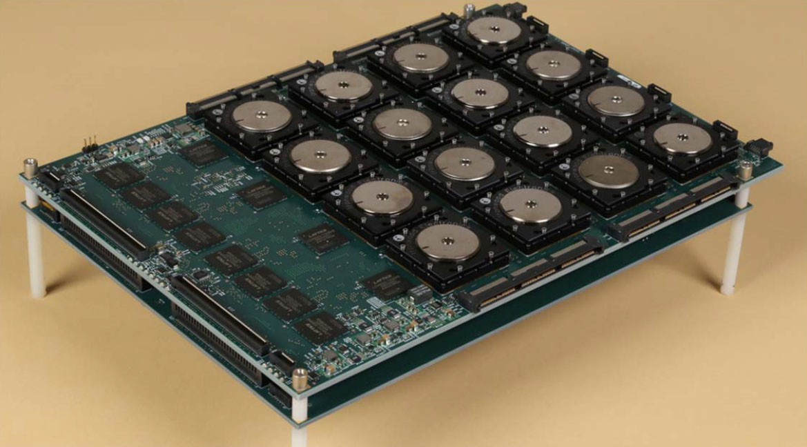 Program SyNAPSE: Platoforma s16 neuromorfními čipy TrueNorth. Kredit: DARPA SyNAPSE.