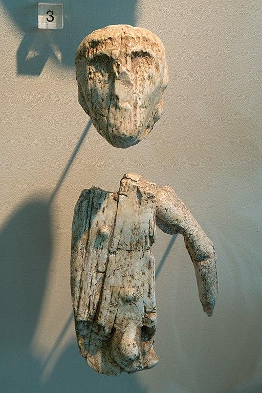Figurka muže z tzv. šamanského hrobu v Brně, mamutovina. Gravettien, 27 300 let před teď. Snad to prý byla loutka. Pavilon Anthropos, Brno. Kredit: Zde, Wikimedia Commons.