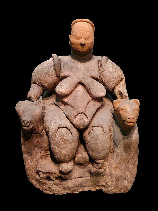 Sedící Velká bohyně z Çatalhöyüku. Neolit, 6000–5500 před n. l, Muzeum anatolských kultur v Ankaře. Kredit: Nevit Dilmen, Wikimedia Commons.