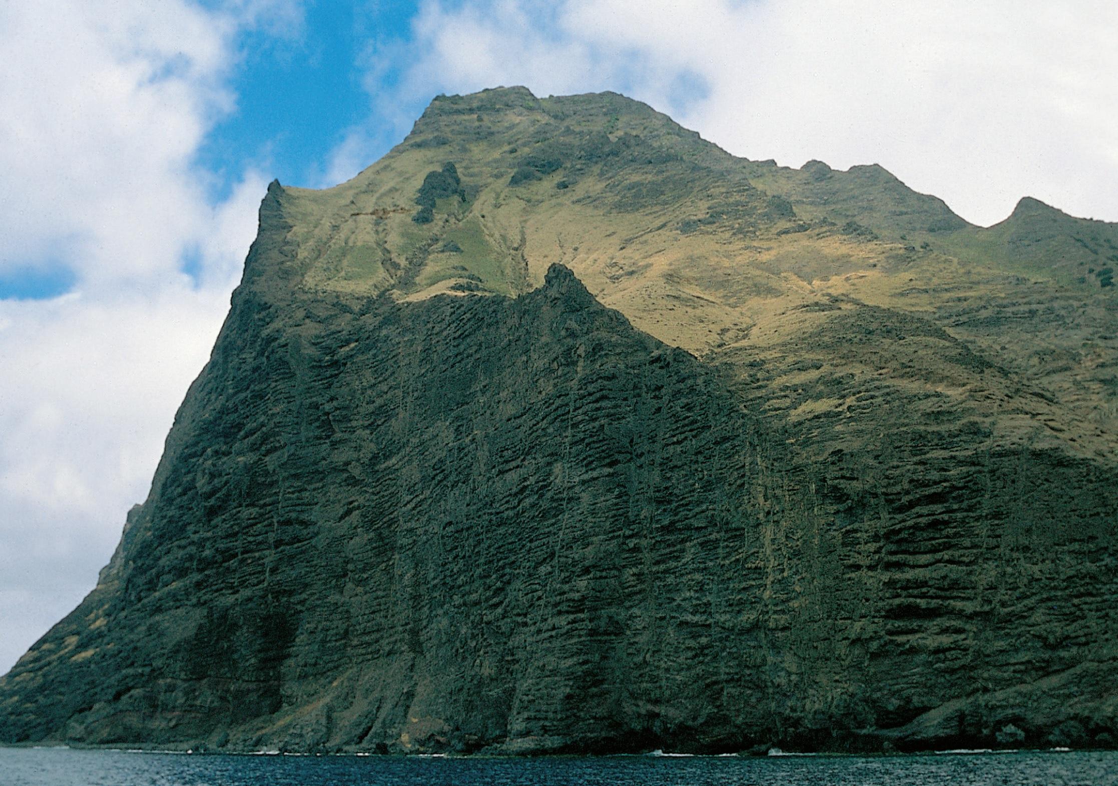 Divoké pobřežní útesy Robinsonova ostrova. Kredit: J. Jiránek