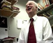 Biolog Bernard Lamb z Imperial College ve chvilce, kdy ho umělci seznámili se svou představou. (Kredit: Shiho Fukuhara)