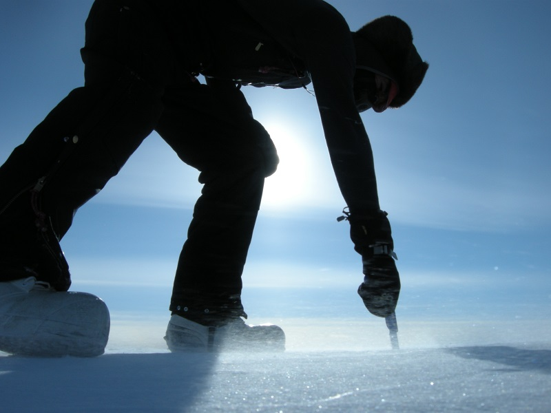 Vyřezávání vzorků ledu v Grónsku. (Kredit: Ch. Polashenski)