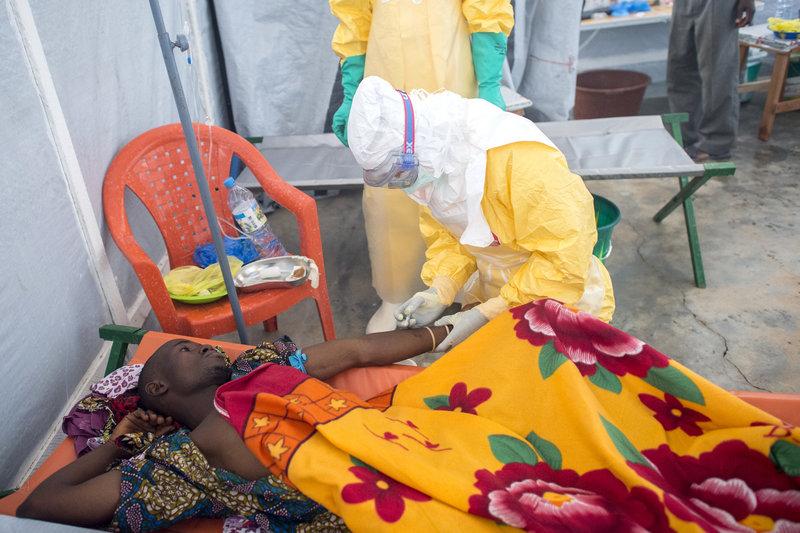 Ošetrovanie pacienta s horúčkou Ebola. Kredit Sylvain Cherkaoui/Cosmos.
