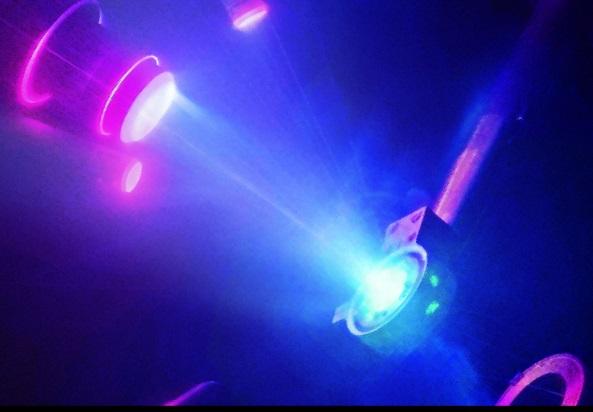 Experiment se stvořením superionizovaného ledu. Kredit: M. Millot/E. Kowaluk/J.Wickboldt/LLNL/LLE/NIF.