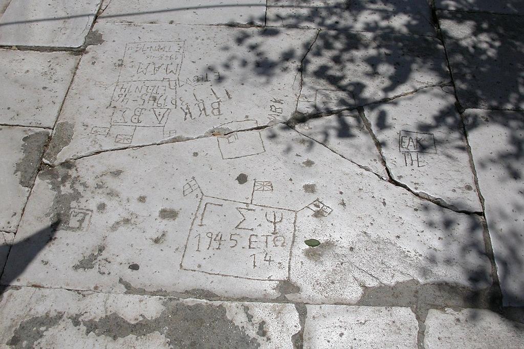 Dětské rytiny z konce 2. světové války na nádvoří kostela ve Filoti. Kredit: Stepans, Wikimedia Commons.
