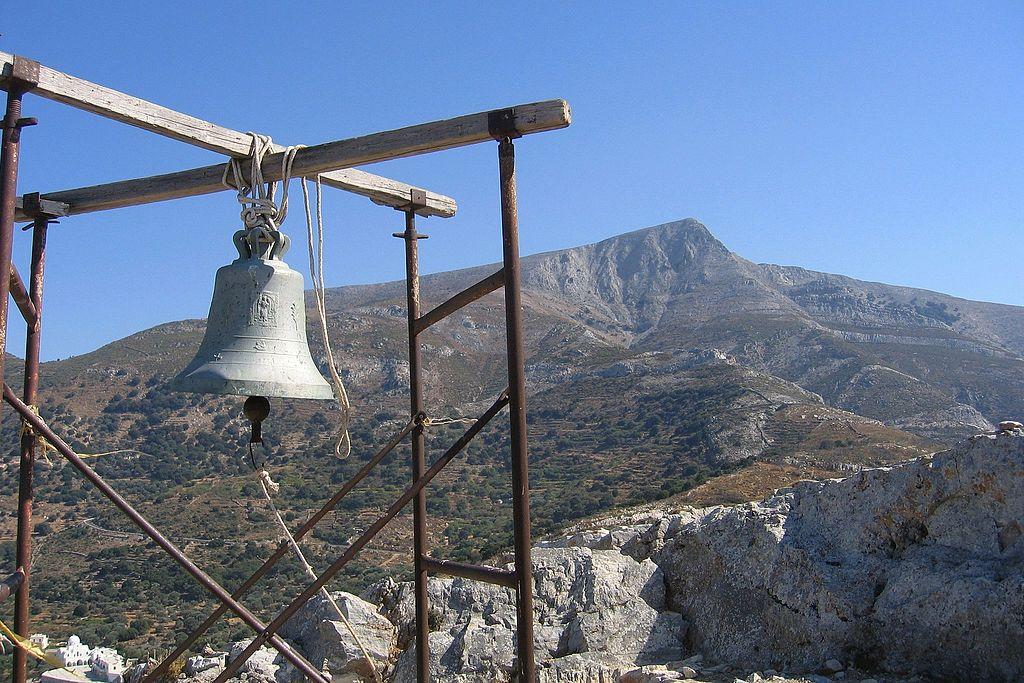 Zvonice u kaple sv. Jana nad Filoti a hora Zás. Kredit: Zde, Wikimedia Commons. Licence CC 4.0.