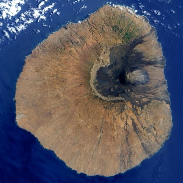 Ostrov Fogo pohledem NASA. VĂ˝chodnĂ stÄ›na je pryÄŤ. Kredit: NASA.