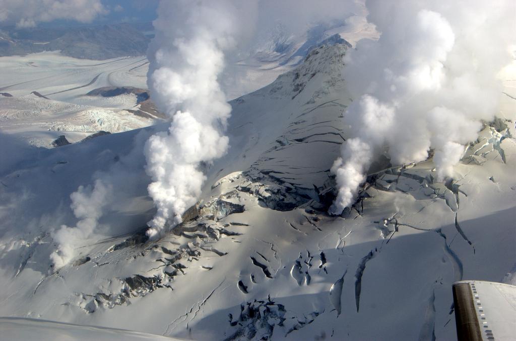 Budeme těžit pod vulkány? Kredit: Cyrus Read, USGS / Wikimedia Commons.